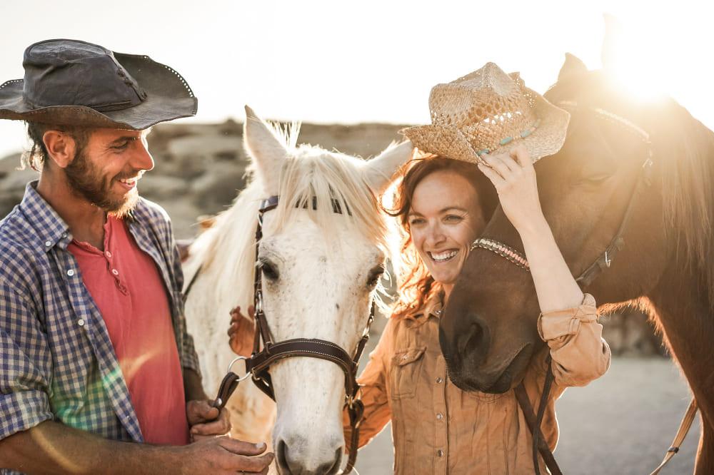 un couple avec un cheval